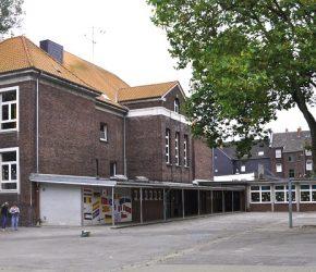 Foto: Glückaufschule Gelsenkirchen, Hofansicht. REFLEX / Dirk E. Haas